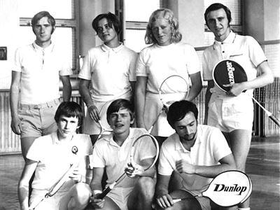 Družstvo, které vybojovalo postup do 1. ligy - rok 1971  Nahoře zleva: Skalický, Krkošková, Mydlářová, Sim, Dole zleva: Kožešník