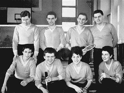 Zakládající družstvo prvního badmintonového oddílu v Liberci - rok 1965 Nahoře zleva: Svatoň, Piovesan, Sim, Šťastný Dole zleva: